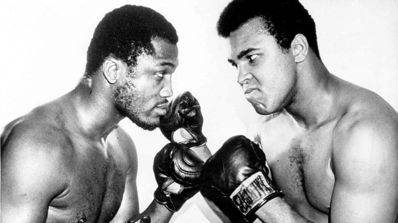 Joe Frazier (g) et Mohamed Ali (alias Cassius Clay) le 4 fevrier 1971 avant leur match du 8 mars au Madison Square Garden a New York --- NewYork heavyweight champion Joe Frazier (left) and Muhammad Ali (alias Cassius Clay) square off in this picture made recently and released by the promoter february 4, 1971 before meeting in a title fight at Madison Square Garden March 8